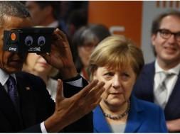 barack-obama-et-angela-merkel-ont-essaye-un-casque-de-realite-virtuelle-a-la-foire-de-hanovre-le-25-avril-2016