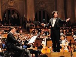 gustavo-dudamel-invita-al-publico-a-cantar-el-alma-llanera-ultimo-bis-ofrecido-durante-el-concierto-en-sao-paulo-foto-funamusical-bolivar