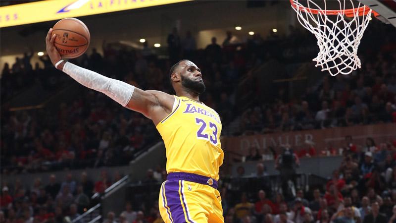 LeBron James dunke en réalité augmentée chez Foot Locker !